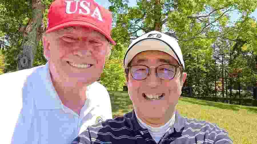26.maio.2019 - Primeiro ministro do Japão, Shinzo Abe, posa para selfie com o presidente dos EUA, Donald Trump, no Mobara Country Club.  - Instagram @kantei/Reprodução