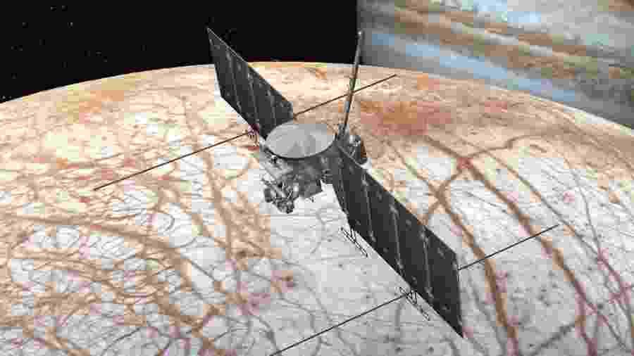 Ilustração mostra como será a missão da Europa Clipper, que tentará determinar se a lua de Jupiter pode ter condições de abrigar vida - Nasa