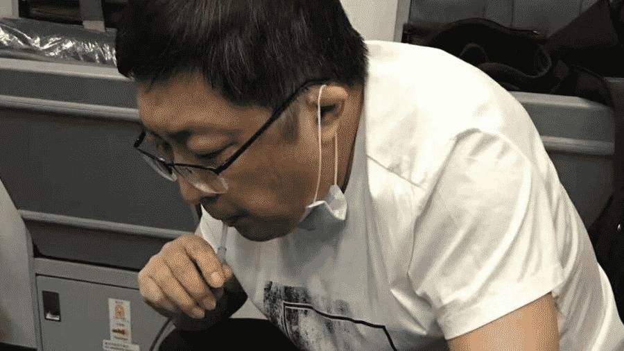 Médico usa canudo durante emergêncio em voo - Reprodução/YouTube