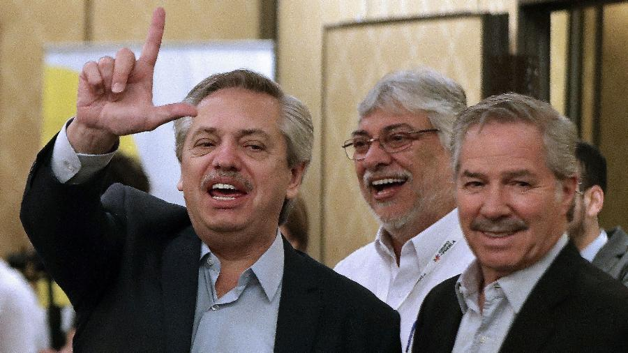 """Alberto Fernández (à esquerda) faz sinal indicando """"Lula livre"""" ao lado de Felipe Solá (à direita), futuro chanceler argentino - ALEJANDRO PAGNI / AFP"""