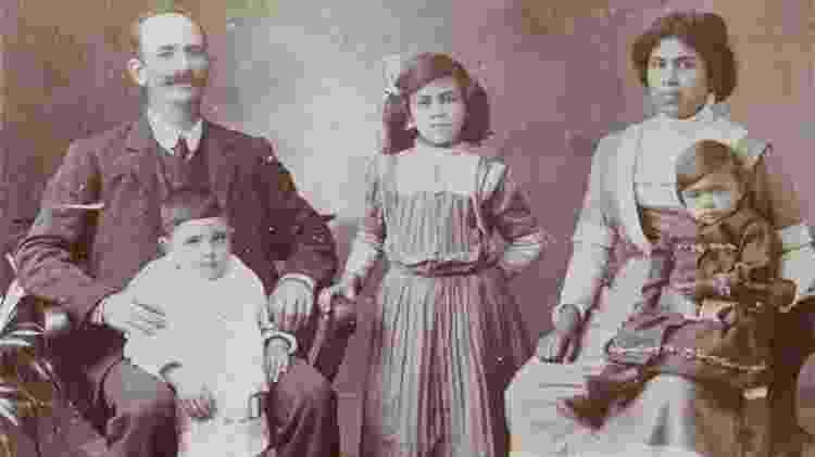 James Francis, com sua mulher Christina Leonora e três de seus filhos - talvez Nora, Percival e Mary (no colo de Christina) - Alan Francis