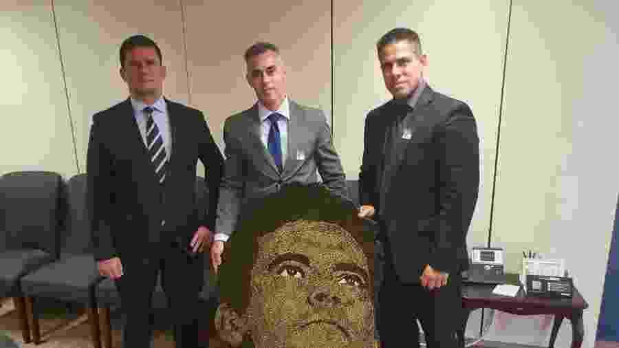 O ministro Sergio Moro recebe presente de Rodrigo Camacho - Reprodução/Facebook