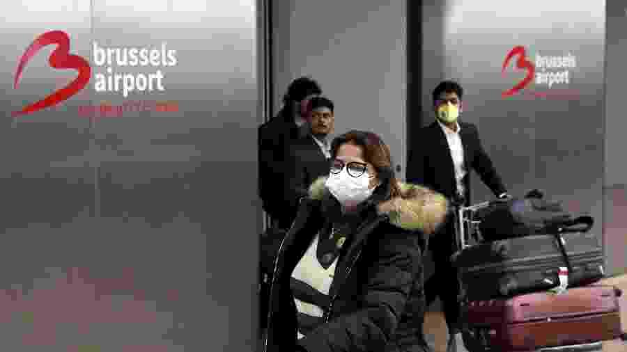 Pessoas usam máscaras por causa do coronavírus no aeroporto internacional de Zaventem perto de Bruxelas, na Bélgica - Yves Herman/Reuters