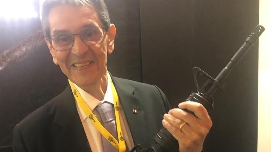 """Roberto Jefferson aparece empunhando um fuzil contra """"comunistas"""" - Twitter/Divulgação"""