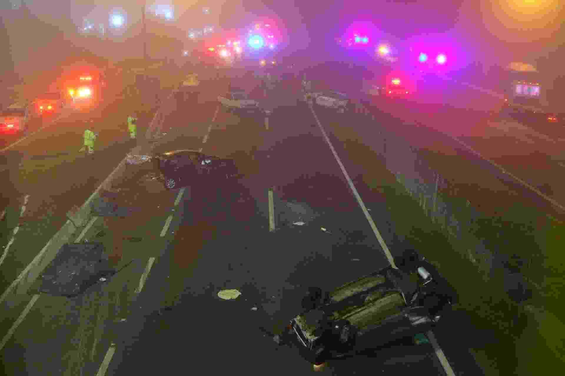03.ago.2020 - Um acidente com mais de 20 veículos deixou ao menos 8 mortos e dezenas de feridos na BR-277, em São José dos Pinhais (PR), na noite de domingo(2). Segundo os bombeiros, os motoristas teriam sido prejudicados pela fumaça de uma queimada na beira da pista - FRANKLIN FREITAS/ESTADÃO CONTEÚDO