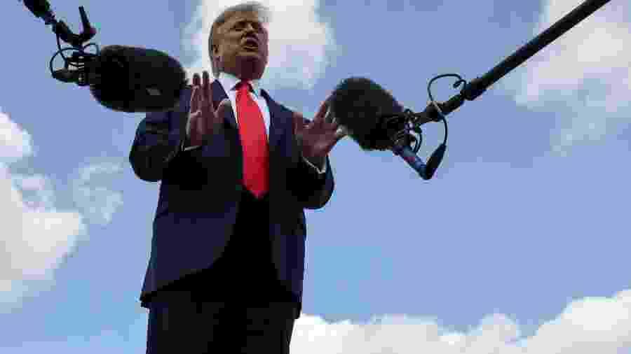 Presidente dos EUA, Donald Trump, concede entrevista antes de embarcar em viagem para a Flórida - JONATHAN ERNST