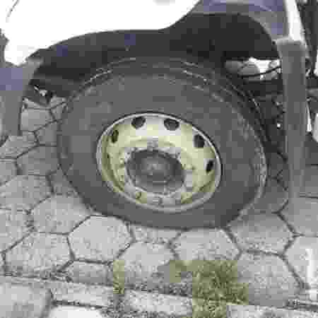 Com facão, homem fura pneu de caminhão de coleta em SC - Divulgação/PMSC - Divulgação/PMSC
