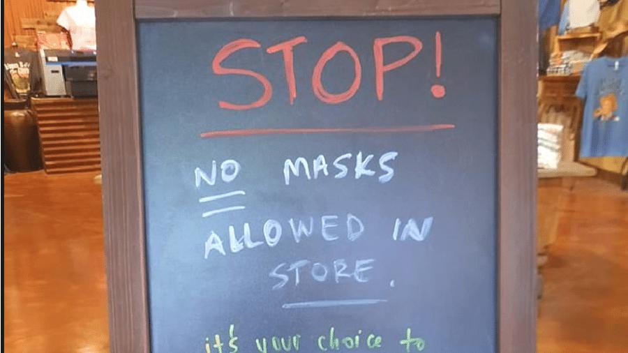 """""""Pare! Máscaras não são permitidas na loja"""", diz aviso na entrada do estabelecimento - Reprodução/Facebook"""