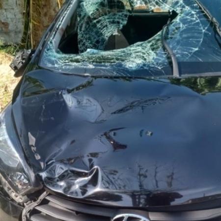 O carro que atropelou o casal adolescente e matou o bebê ficou com o para-brisa quebrado - Reprodução