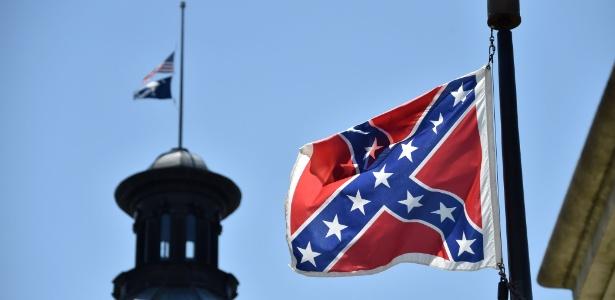 Imagem mostra bandeira confederada, hasteada na frente do Capitólio estadual da Carolina do Sul - Mladen Antonov/AFP
