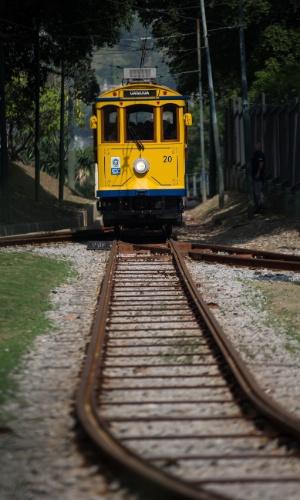 27.jul.2015 - Bondinho de Santa Teresa, na região central do Rio de Janeiro, entra em pré-operação na manhã desta segunda-feira (27)