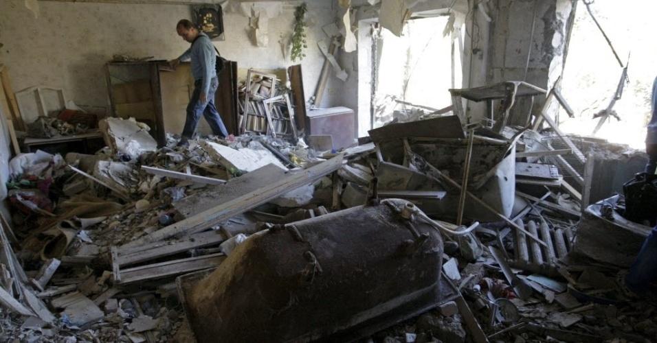 25.ago.2015 - Morador caminha entre destroços de apartamento danificado por bombardeios durante à noite, em Horlivka (Gorlivka), na Ucrânia