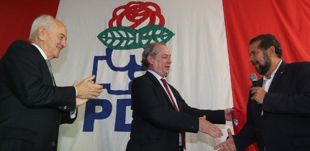 Ciro Gomes (centro) cumprimenta Carlos Lupi (dir.) ao se filiar ao PDT, em setembro do ano passado