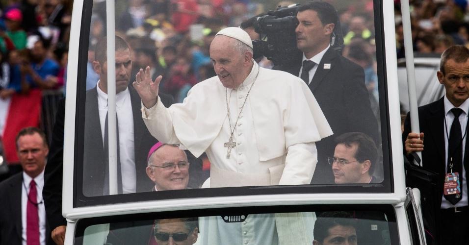 27.set.2015 - O papa Francisco acena para multidão de Papamóvel a caminho de realizar missa na Benjamin Franklin Parkway, na Filadélfia, nos EUA