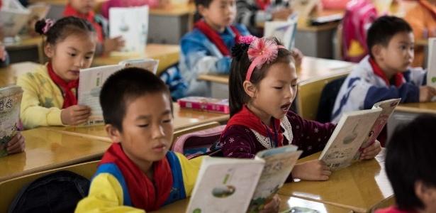 9.out.2015 - Crianças leem livros em escola primária do condado de Pingjiang, província de Hunan, China, no primeiro dia de volta às aulas