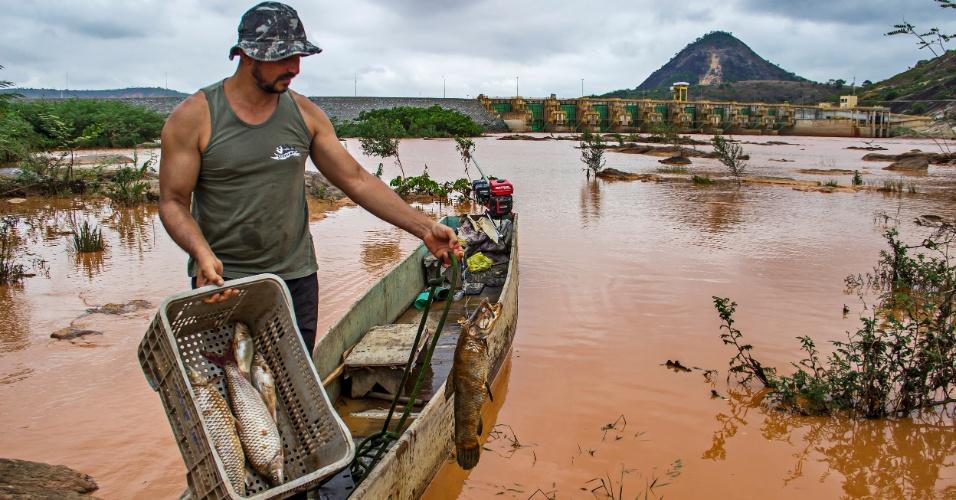 1º.dez.2015 - O pescador Benilde Madeira diz que precisa 'abandonar minha casa, meu canto e procurar outro rio para poder trabalhar'