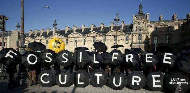Ativistas são presos durante protesto contra petrolífera no museu do Louvre - Benoit Tessier/ Reuters