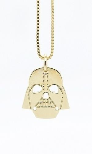 A designer Malaika Raiss, cujo ateliê funciona em Berlin, na Alemanha, obteve licença para criar joias com imagens relacionadas à saga. O colar Darth Vader, feito em ouro, custa 75 euros (cerca de R$ 310)