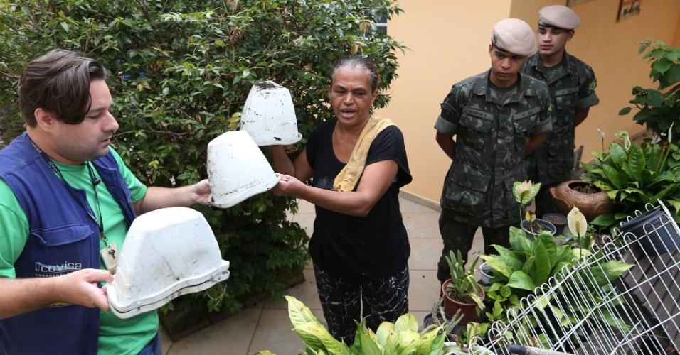 18.jan.2016 - Soldados do Exército acompanham trabalhos de prevenção ao mosquito Aedes aegypti, transmissor da dengue, chikungunya e zika vírus, no bairro da Freguesia do Ó, na zona Norte de São Paulo. Cem soldados vão ajudar agentes de saúde da Prefeitura a entrarem na casa das pessoas para detectar focos do mosquito e prevenir sua proliferação. O número de militares é o dobro do efetivo empenhado em 2015