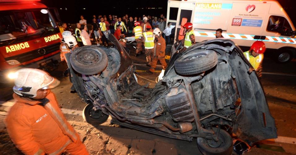 19.jan.2016 - Um automóvel foi quase dividido ao meio após acidente na cidade de Sabah, na Malásia. Uma pessoa morreu e duas ficaram feridas na colisão, cujas causas estão sendo apuradas pelas autoridades locais