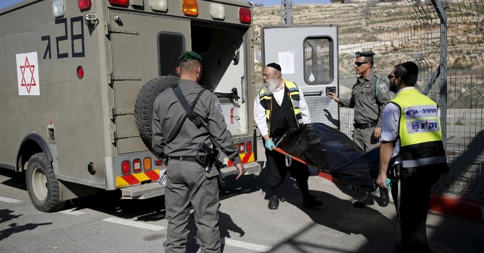 14.fev.2016 - Serviços de emergência de Israel evacuam corpo de palestino morto por tropas israelenses. A polícia disse que ele tentou esfaquear um policial paramilitar israelense em um posto de controle na Cisjordânia, perto de Jerusalém. Outros dois palestinos morreram, segundo a agência de notícias AFP