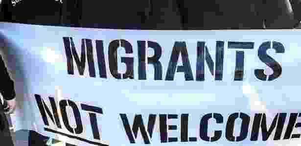 """Membros do grupo Soldados de Odin seguram faixa onde se lê: """"imigrantes não são bem-vindos"""" - Reprodução/Facebook/Soldiers of Odin - Reprodução/Facebook/Soldiers of Odin"""
