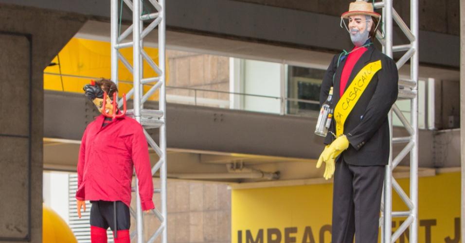 26.mar.2016 - Bonecos do ex-presidente Lula e da presidente da República, Dilma Rousseff, são pendurados por manifestantes em alusão à malhação de Judas, ritual tradicional da Semana Santa, durante ato da Fiesp (Federação das Indústrias do Estado de São Paulo), no centro da capital paulista. Os manifestantes ligados ao movimento da Fiesp estão acampados na avenida Paulista