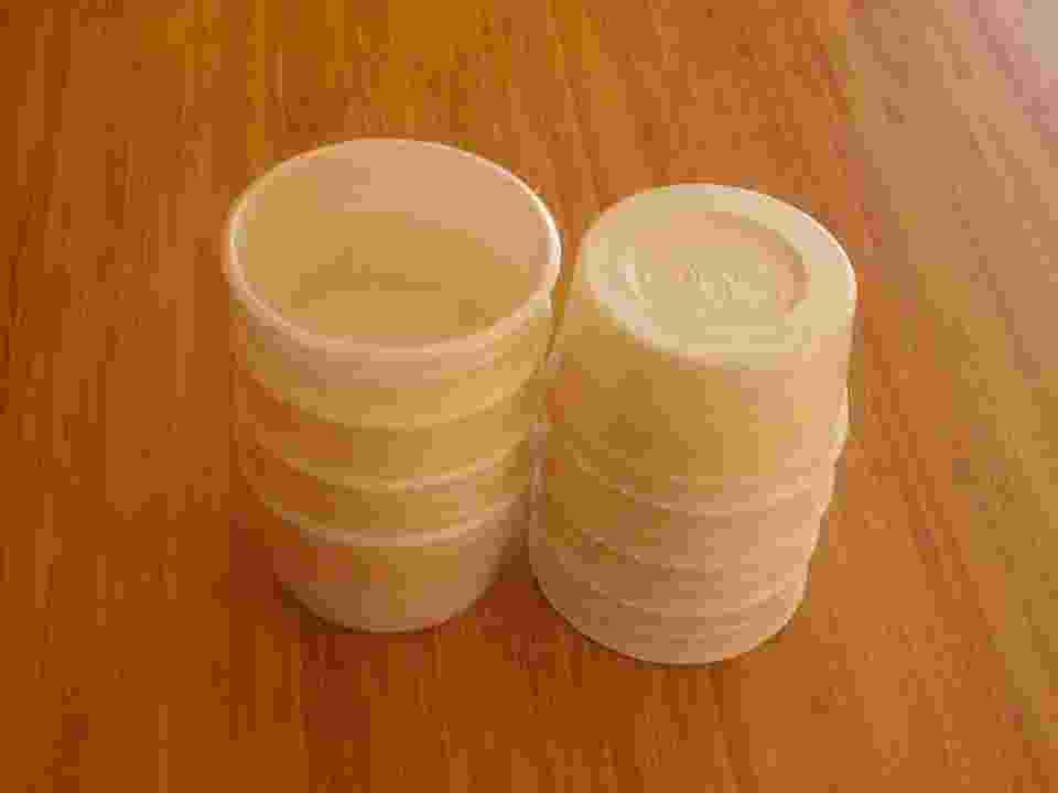 Potes comestíveis, produzidos com fécula de mandioca pela OKA Bioembalagens, criada em 2013, em Botucatu (238 a noroeste de São Paulo), com o objetivo de reduzir o volume de lixo despejado no meio ambiente - Divulgação