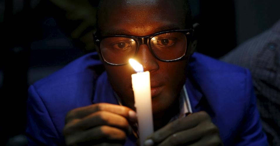 2.abr.2016 - Em Nairóbi, no Quênia, ex-aluno da Universidade Garissa segura uma vela durante homenagem no aniversário do ataque terrorista contra a instituição. O estudante é um dos sobreviventes do massacre - há um ano, homens armados do grupo extremista muçulmano Al-Shabaab invadiram a Universidade Garissa e mataram 148 estudantes, ferindo outros 79