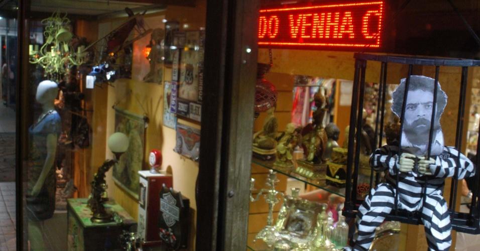 16.abr.2016 - Um boneco do ex-presidente Lula encarcerado é colocado na vitrine durante protesto de lojistas em São Lourenço, no sul de Minas Gerais, à favor do impeachment da presidente Dilma Rousseff