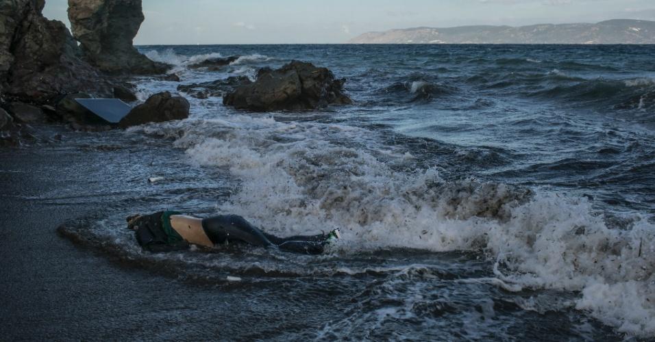 """19.abr.2016 - O corpo de um migrante é fotografado na praia em Lesbos, sul da Grécia. Mauricio Lima, Sergey Ponomarev, Tyler Hicks e Daniel Etter do jornal """"The New York Times"""" ganharam o Prêmio Pulitzer com uma série de fotos sobre refugiados na Europa"""