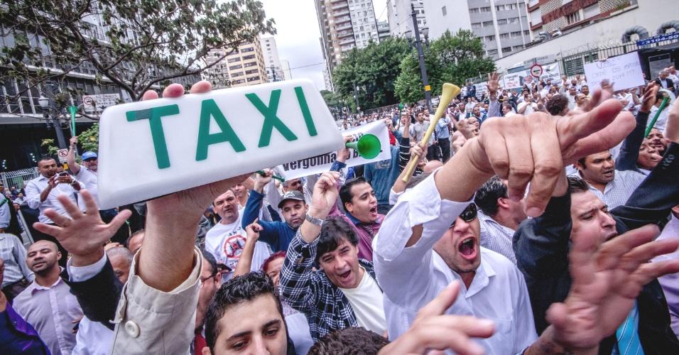 27.abr.2016 - Taxistas fazem ato em frente à Câmara dos Vereadores no centro de São Paulo. O projeto de lei que pode regulamentar aplicativos de caronas e compartilhamento de carros na cidade será votado pelo legislativo municipal. O projeto é visto como possível alternativa ao impasse entre táxis e serviços como o Uber