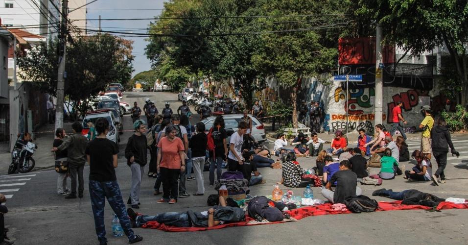 6.mai.2016 - Estudantes protestam em frente à Diretoria de Ensino Região Centro-Oeste, na esquina das ruas Cayowaá e Paulo Vieira, no Sumaré, em São Paulo. Alguns alunos que estavam na ocupação do Centro Paula Souza, na região central da capital paulista, seguiram para outra ocupação no local