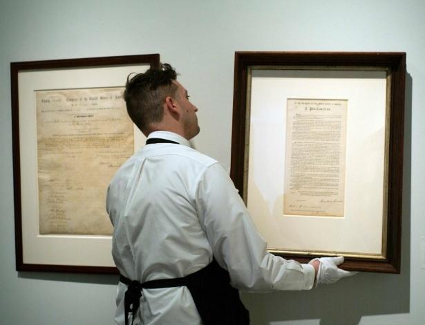 18.mai.2016 - Funcionário ajeita documentos assinados pelo presidente dos Estados Unidos Abraham Lincoln e que serão leiloados nos Estados Unidos por cifras milionárias