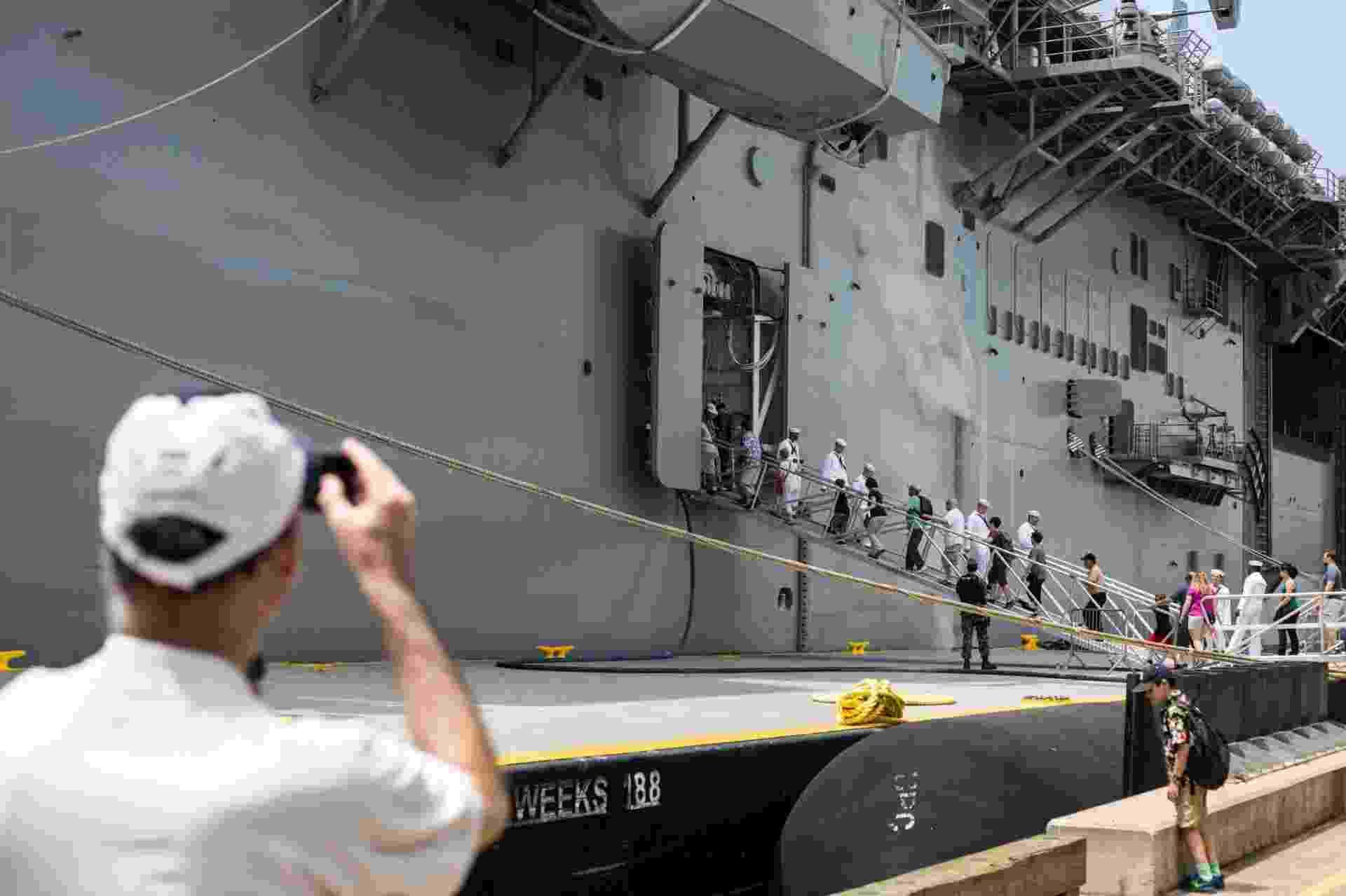27.mai.2016 - Visitante fotografa o USS Bataan (LHD-5) em porto de Nova York, EUA. Homens e mulheres do serviço das forças armadas dos EUA visitam a cidade de Nova York como parte das comemorações do Memorial Day, feriado norte-americano que homenageia os americanos mortos em combate - Li Muzi/ Xinhua