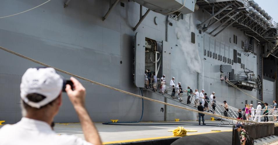 27.mai.2016 - Visitante fotografa o USS Bataan (LHD-5) em porto de Nova York, EUA. Homens e mulheres do serviço das forças armadas dos EUA visitam a cidade de Nova York como parte das comemorações do Memorial Day, feriado norte-americano que homenageia os americanos mortos em combate
