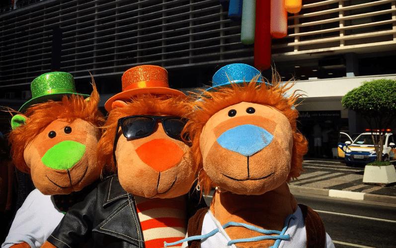 """29.mai.2016 - O trio de bonecos chamada de """"Trileão"""" participa da 20ª Parada do Orgulho LGBT, na avenida Paulista, em São Paulo. Criados pelo publicitário Kiko Cesar, os felinos Kacio, Kecio e Kicio participaram do evento, que, este ano, tem como tema a lei de identidade de gênero. A imagem foi enviada pelo internauta Kiko Cesar para o WhatsApp do UOL Notícias (11) 95520-5752"""