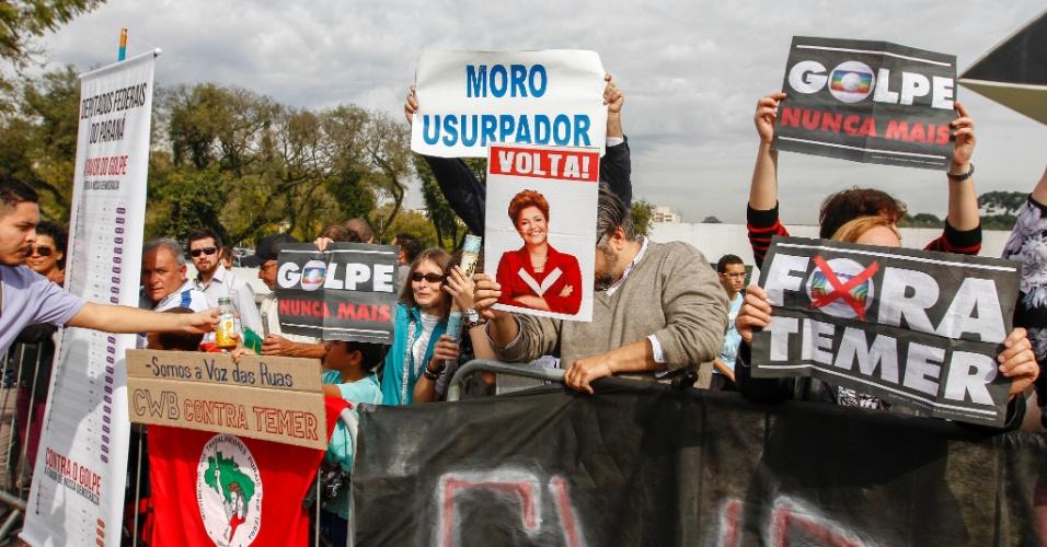 14.jul.2016 - Manifestantes se reuniram em frente ao Museu Oscar Niemeyer, em Curitiba, para protestar contra o governo do presidente interino, Michel Temer (PMDB), durante o revezamento da tocha olímpica na capital. O protesto não acompanhou o percurso olímpico