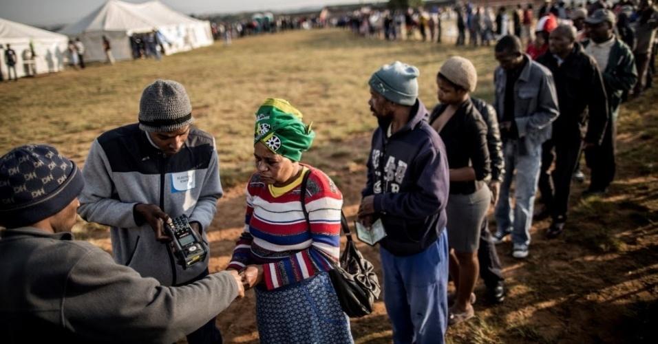 3.ago.2016 - Eleitores fazem filas para votar nas eleições municipais em Umlazi, Durban, na África do Sul. Mais de 26 milhões de eleitores devem votar, um número recorde na história da democracia do país. Os primeiros resultados devem ser conhecidos apenas na quinta-feira