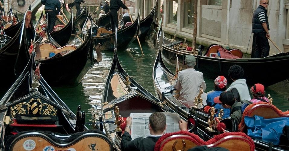 24.ago.2016 - Engarrafamento de gondolas em Veneza, Itália. Antigamente, este barcos eram o principal meio de locomoção em na cidade. Hoje, transportam vários tipos de produtos e, claro, turistas.
