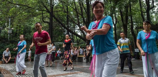 Pessoas dançam em parque de Chengdu, China