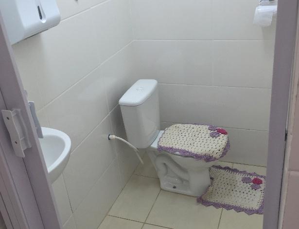 Banheiro privativo oferecido para donos que acompanham os pets no Pronto  Socorro Veterinário de Uberlândia (MG)