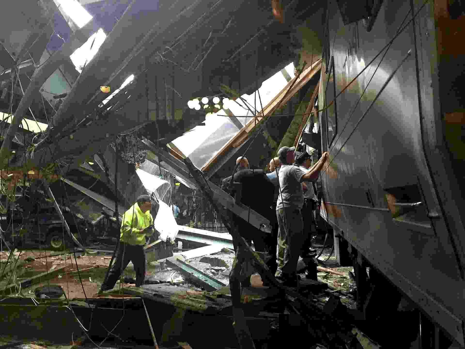 29.set.2016 - Equipe inspeciona trem após acidente em estação de Hoboken, em Nova Jersey - Pancho Bernasconi/Getty Images/AFP