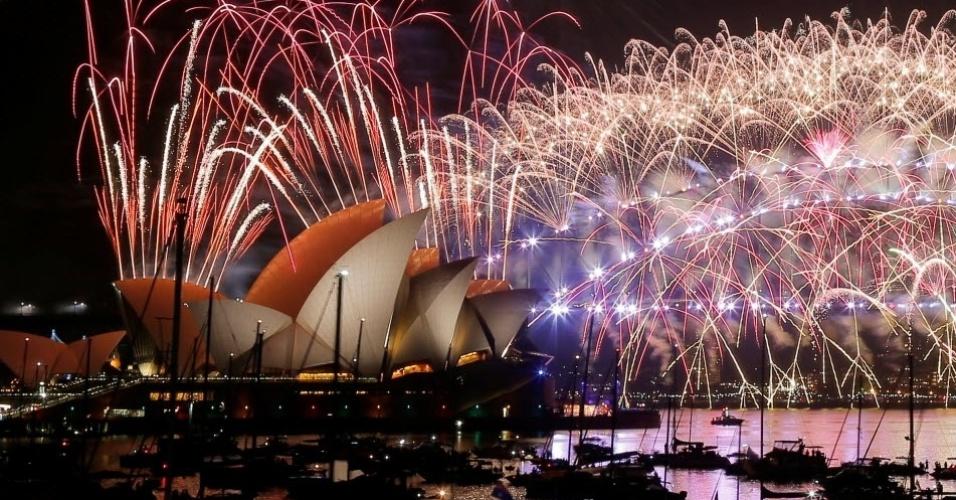 Fogos de artifício anunciam a chegada de 2017 próximo ao Sydney Opera House na Austrália