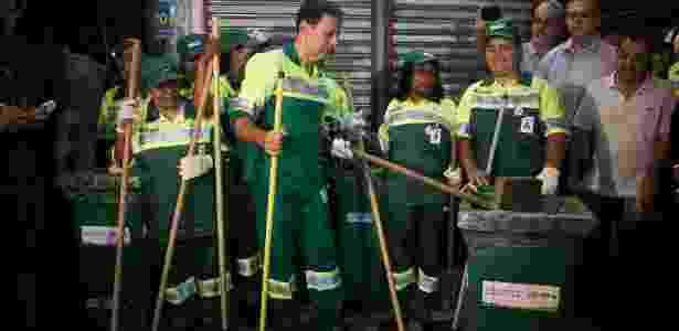 De gari, em ação do Cidade Linda no primeiro dia útil como prefeito: marca do mandato - Zanone Fraissat/Folhapress