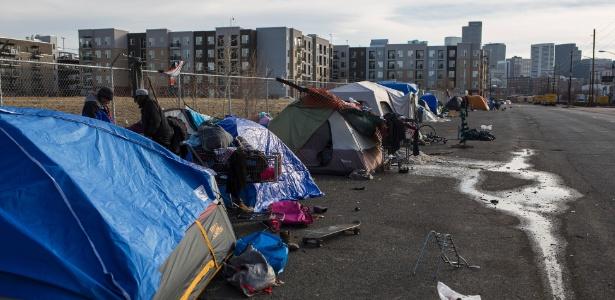 Acampamento de sem-teto em Denver, no Colorado