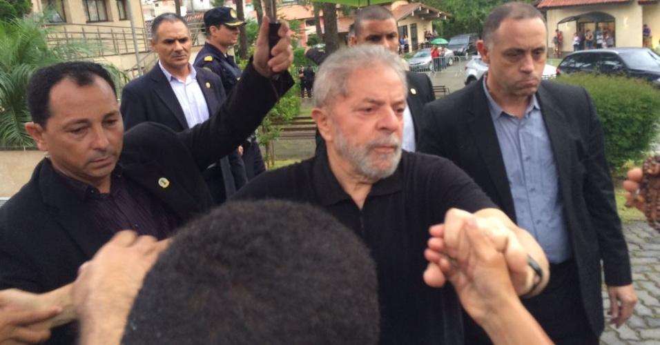 4.fev.2017 -- O ex-presidente Luiz Inácio Lula da Silva cumprimenta pessoas na entrada do cemitério Jardim da Colina, em São Bernardo do Campo, onde foi cremado o corpo da ex-primeira dama Marisa Letícia