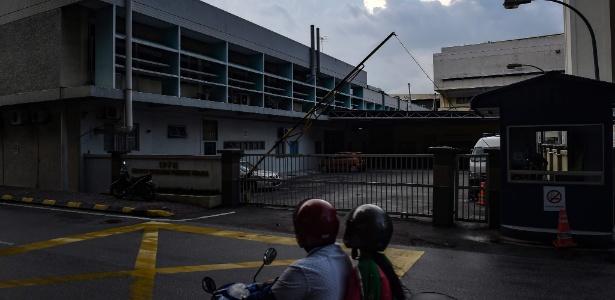 Motocicilista passa diante da área do necrotério do hospital onde está o corpo de Kim Jong-nam, em Kuala Lumpur, Malásia