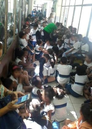 Alunos e professores da escola Mestre Waldomiro, no Rio, ficaram acuados pelos corredores