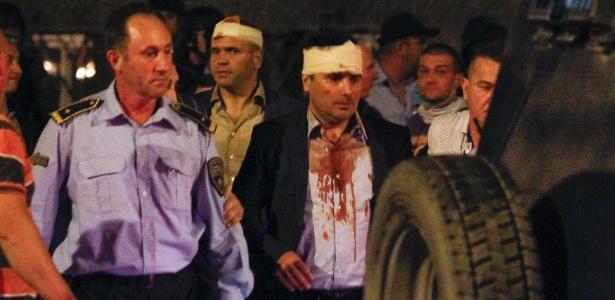 Líder social-democrata, Zoran Zaev, é retirado do Parlamento após ser atacado e ferido por manifestantes em Skopje, na Macedônia